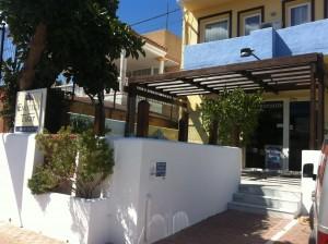 Pantallas de vidrio y madera en la  teraza de Hotel Vinoteca Tikar en Garrucha